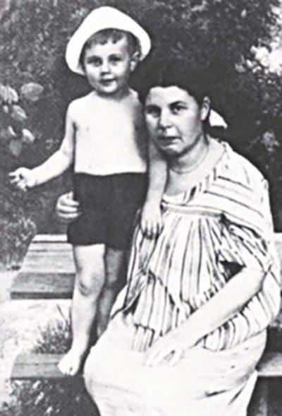 Ксения Некрасова с сыном Кириллом. 1956–1957 // Формаслов