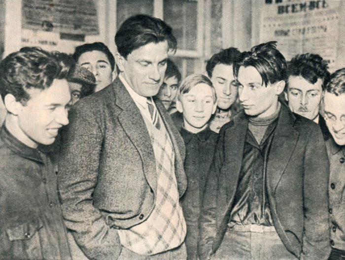 Маяковский на своей выставке «20 лет работы» // Формаслов