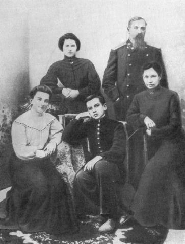 Семья Маяковских. Кутаиси, 1905 год // Формаслов