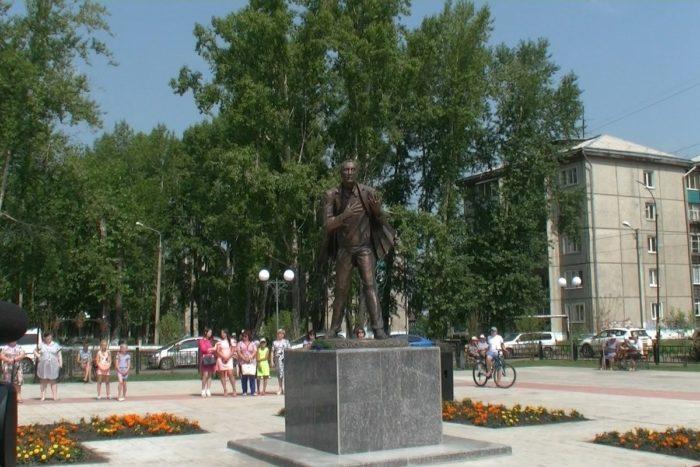 Памятник Евгению Евтушенко в Зиме // Формаслов