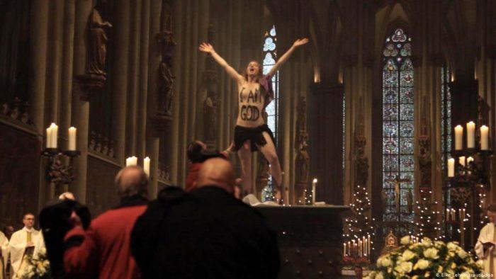 Активистка Femen в Кельнском соборе // Формаслов