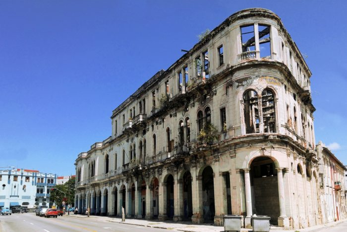 Ветшающие здания Гаваны // Формаслов