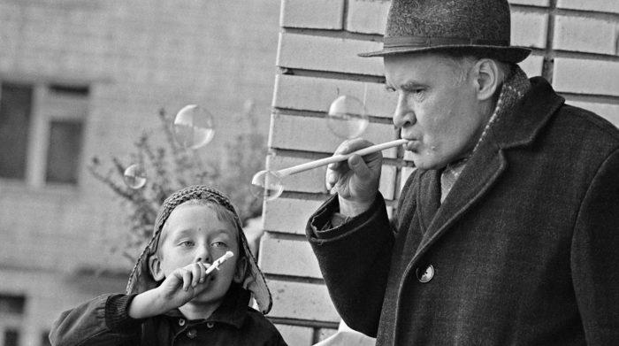 Николай Носов с внуком, 1969 год // Формаслов
