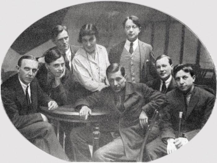 """""""Серапионовы братья"""". Слева направо: К. Федин, М. Слонимский, Н. Тихонов, Е. Полонская, М. Зощенко, Н. Никитин (стоит), И. Груздев, В. Каверин (ок. 1921 года) // Формаслов"""