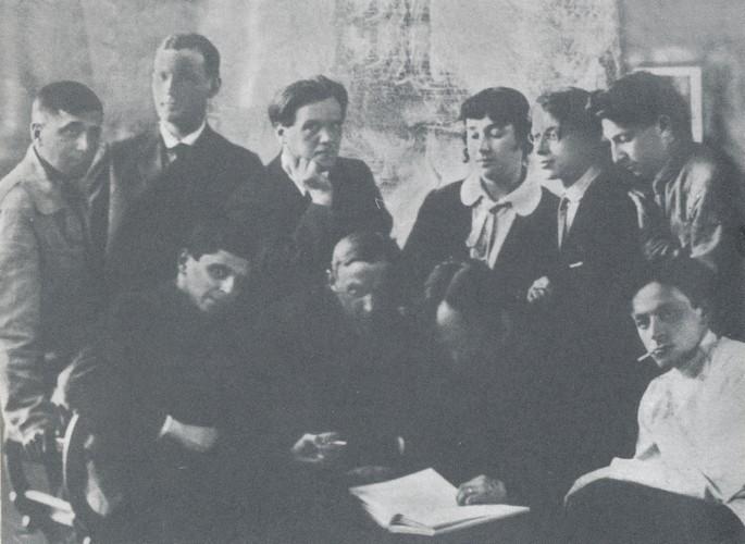 """""""Серапионовы братья"""". Стоят (слева направо): М. Зощенко, И. Груздев, Н. Тихонов, Е. Полонская, Н. Никитин, В. Каверин. Сидят (слева направо): М. Слонимский, К. Федин, Вс. Иванов, Л. Лунц (ок. 1922 года) // Формаслов"""
