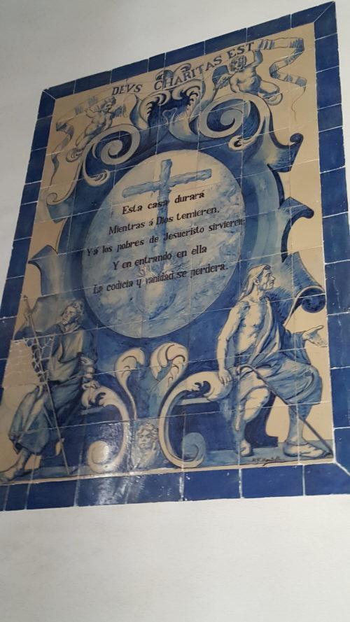 "Плитка ""азулехо"" на стене госпиталя de Los Venerables в Севилье. Фото Галины Ицкович // Формаслов"