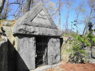 Cклеп, где похоронен Уитмен // Формаслов